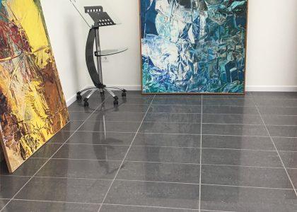 Dispuestas en torno al espacio expositivo, las obras esperan el momento de ser colgadas.