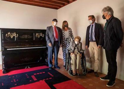Rocío Díaz, directora del Patronato de la Alhambra, junto al arquitecto Juan Domingo Santos y familiares de Ángel Barrios